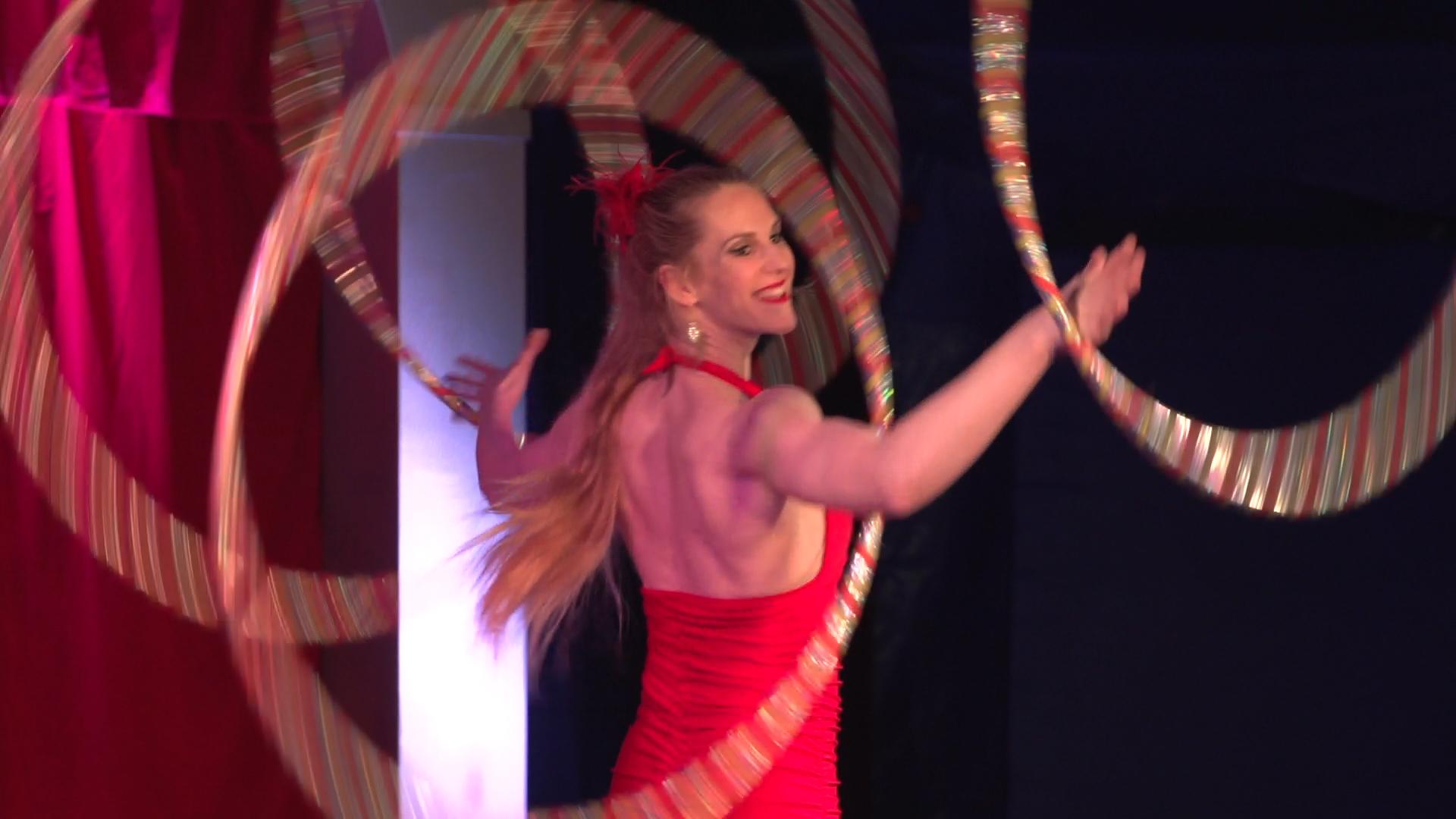 Laura-Cohen-Hula-Hoop-Show-circusevents-koeln-1