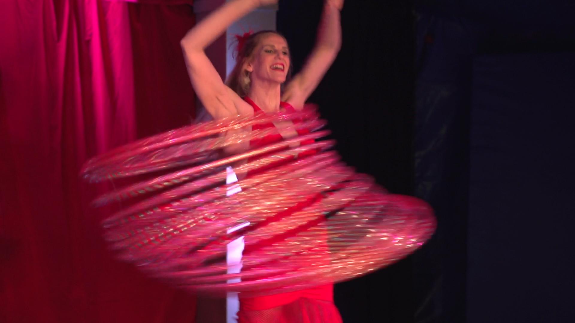 Laura-Cohen-Hula-Hoop-Show-circusevents-koeln-5