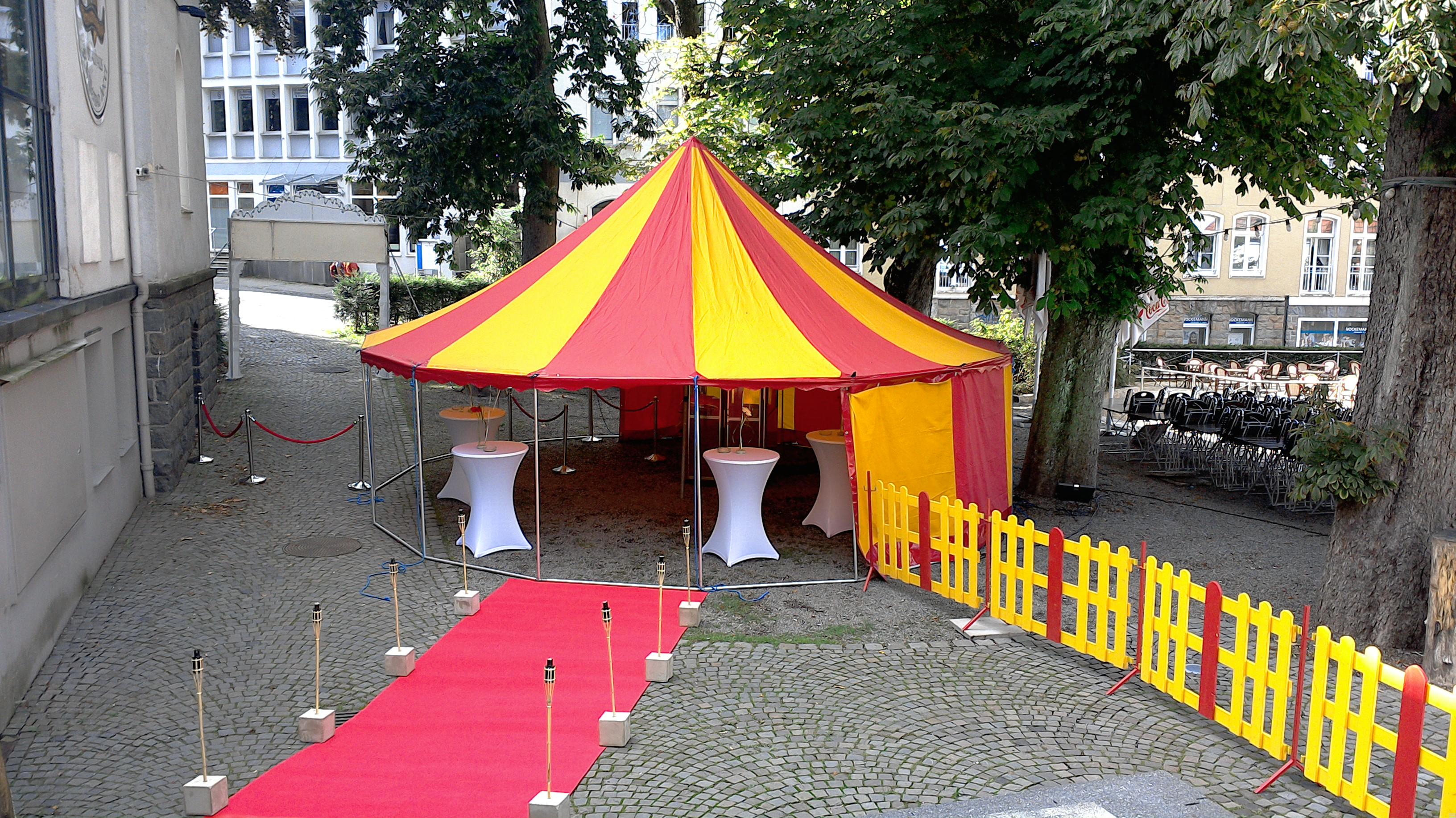 Roter_Teppich_und_Leichtbau_Zirkuszelt_1_circusevents_koeln