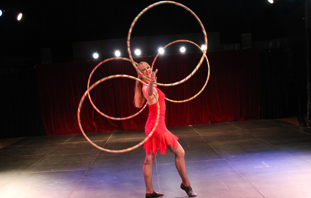 circusevents-koeln-hula-hoop-show-4reifen-1000x638